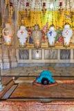Preghiera alla pietra di ungere all'entrata alla chiesa del sepolcro santo a Gerusalemme Fotografie Stock