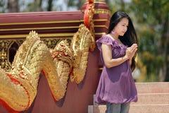 Preghiera asiatica della donna fotografia stock