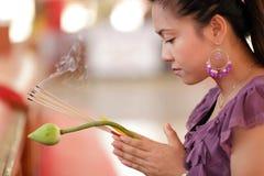 Preghiera asiatica della donna fotografie stock