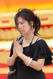 Preghiera asiatica della donna immagine stock
