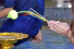 Preghiera buddista della donna Immagine Stock