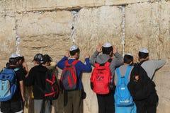 Preghiera dei bambini alla parete lamentantesi Fotografia Stock