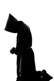Preghiera della siluetta del sacerdote della rana pescatrice dell'uomo Fotografia Stock