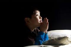 Preghiera di ora di andare a letto del giovane ragazzo. Fotografie Stock Libere da Diritti