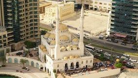 Preghiera di venerdì ad una moschea nel Dubai stock footage
