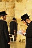 Preghiera ebrea degli uomini Fotografie Stock Libere da Diritti