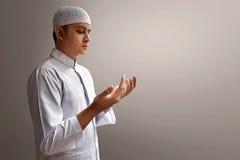 Preghiera musulmana dell'uomo fotografia stock