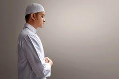 Preghiera musulmana dell'uomo immagini stock libere da diritti