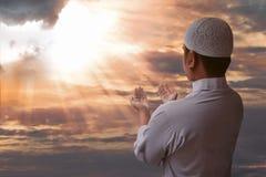 Preghiera musulmana dell'uomo Immagine Stock Libera da Diritti