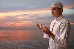 Preghiera musulmana dell'uomo Fotografie Stock Libere da Diritti