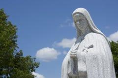 Preghiera religiosa della statua Immagini Stock