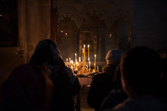 Preghiera vicino alle candele Fotografie Stock