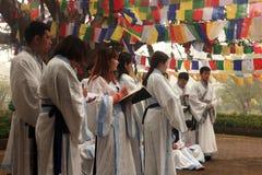 Preghiere cinesi dei buddisti al tempio di Mayadevi Fotografie Stock Libere da Diritti