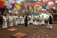 Preghiere cinesi dei buddisti al tempio di Mayadevi Immagini Stock