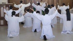 Preghiere cristiane che sollevano mano mentre pregando a Gesù Immagini Stock
