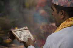 Preghiere della lettura del sacerdote durante la cerimonia indù Fotografia Stock