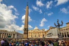 Preghiere nel fron della basilica del ` s di St Peter, Città del Vaticano Fotografia Stock