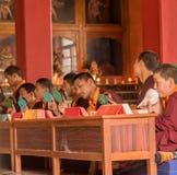 Preghiere in tempio buddista Fotografia Stock