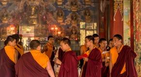 Preghiere in tempio buddista Immagine Stock