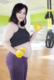 Pregnant mother exercise with dumbbells Royalty Free Stock Photos