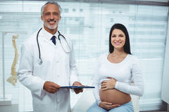 Pregnant woman interacting with doctor Royalty Free Stock Photos