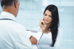 Pregnant woman interacting with doctor Royalty Free Stock Images