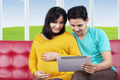 Pregnant woman using tablet with husband Royalty Free Stock Photo