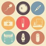 Pregnantcy vlak die pictogram in kleurencirkels wordt geplaatst Stock Fotografie
