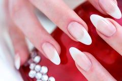 Prego após o tratamento de mãos com objeto vermelho com diamantes Foto de Stock Royalty Free