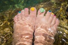 Prego do pedicure colorido na água de mar Mediterrâneo Fotos de Stock Royalty Free