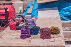 Pregos coloridos para a arma pneumática do prego imagem de stock