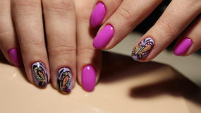 Pregos cor-de-rosa com cristais de rocha e borboleta Fotos de Stock Royalty Free