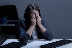 Pregos cortantes para fora forçados da mulher de negócios Fotografia de Stock