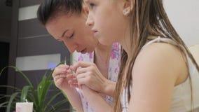 Pregos da filha do corte da mãe Conceito da maternidade, cuidado Inquieta??o com o beb? video estoque