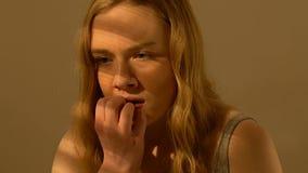 Pregos de mordedura da menina adolescente assustado, viol?ncia e v?tima do assalto, inseguran?a social filme