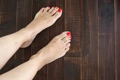 Pregos do dedo do pé da pintura da mulher Imagem de Stock