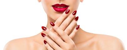 Pregos dos bordos da beleza da mulher, modelo bonito Face Lipstick Makeup, polonês vermelho do tratamento de mãos fotos de stock