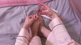 Pregos dos pés do corte da mulher vídeos de arquivo