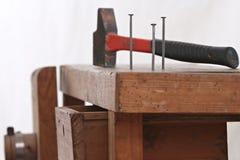 Pregos e um martelo Imagem de Stock Royalty Free