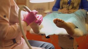 Pregos mestres do dedo da limpeza do pedicure com dispositivo de trituração, ocupação center dos termas filme