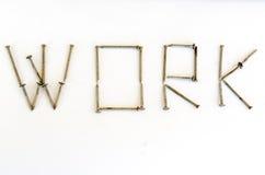 Pregos oxidados da palavra do trabalho isolados Foto de Stock