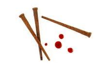 Pregos oxidados e gotas do sangue Fotografia de Stock