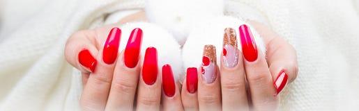 Pregos vermelhos decorados para seu Natal fantástico imagem de stock