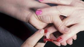 Pregos vermelhos e cor-de-rosa de uma mulher idosa video estoque