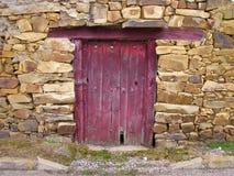 Preguntándose quién vive detrás de esa puerta imagen de archivo libre de regalías