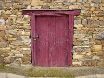 Preguntándose quién vive detrás de esa puerta imágenes de archivo libres de regalías