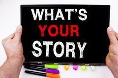 Pregunta cuál es su texto de la historia escrito en la tableta, ordenador en la oficina con el marcador, pluma, efectos de escrit foto de archivo