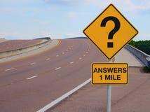 Pregunta Mark Road Sign Answers 1 milla al éxito foto de archivo libre de regalías