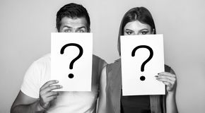 Pregunta an?nima, del hombre y de la mujer Problemas y soluciones Conseguir respuestas Retrato de los pares que llevan a cabo la  imagen de archivo libre de regalías