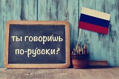 ¿Pregunta usted habla ruso? escrito en ruso imágenes de archivo libres de regalías